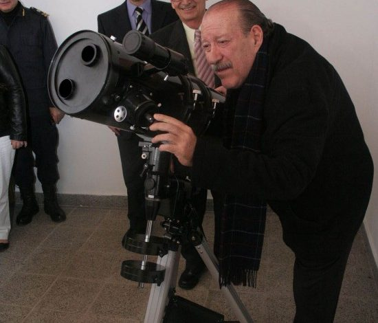 Amieiro prueba el nuevo telescopio de la biblioteca