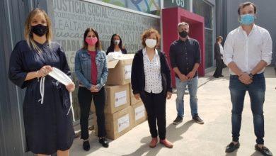 Photo of Malena y concejales reciben y donan 10 mil barbijos
